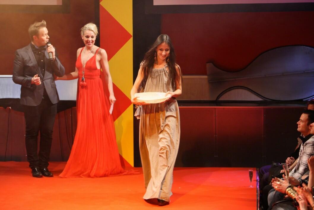 <strong>VANT:</strong> Designer Leila Hafzi mottok den aller første Mote med mening-prisen. Kveldens konferansier Janne Formoe hadde på seg en av Hafzis kjoler under utdelingen.  Foto: Per Ervland