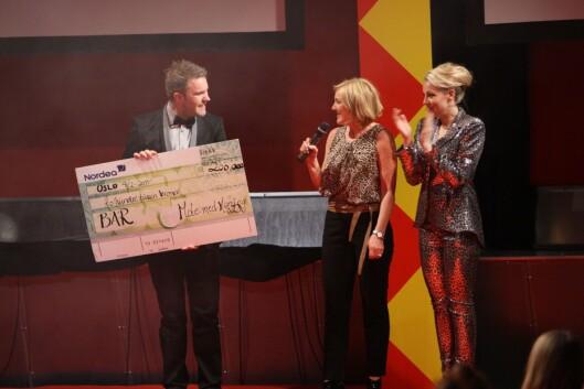 <strong>FIKK SJEKKEN:</strong> Årets Mote for mening-arrangement fikk samlet inn 200.000 kroner til Barn av rusmisbrukere.  Foto: Per Ervland