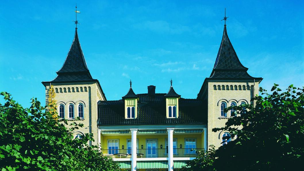 STASELIG BYGG: Kunstverkene nytes i flotte omgivelser på Refsnes Gods. Foto: Lillian Reif