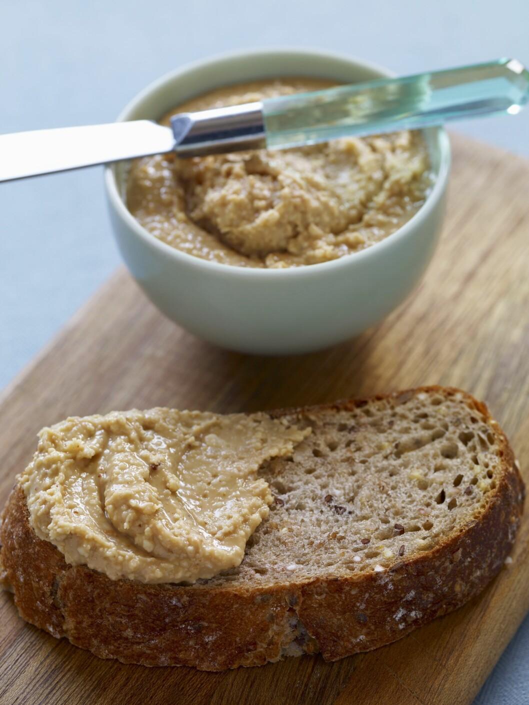 NØTTESMØR: Nøttesmør kan brukes på brødskiva, i desserter, eller som dipp til epler.  Foto: Scanpix