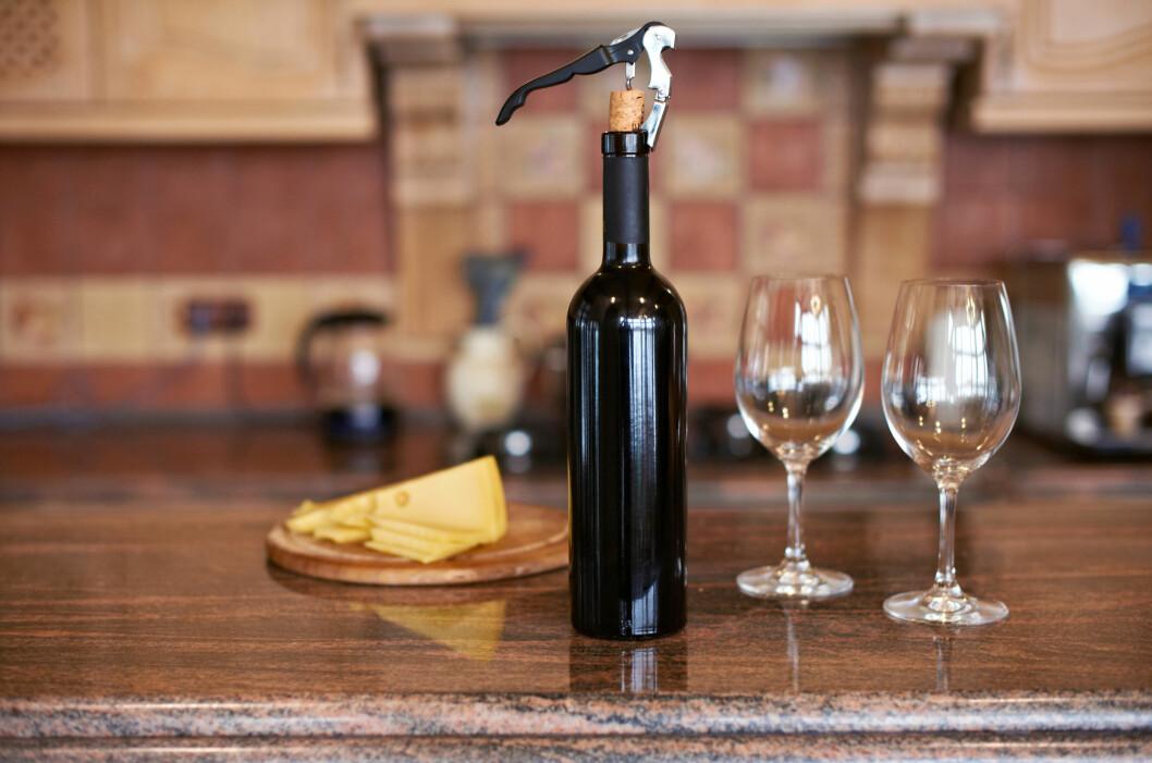 DYRE VINER HAR LENGER HOLDBARHET: Eksperten forteller at vinens varighet ofte henger sammen med kvaliteten.  Foto: Shutterstock / Lysyi Sergii