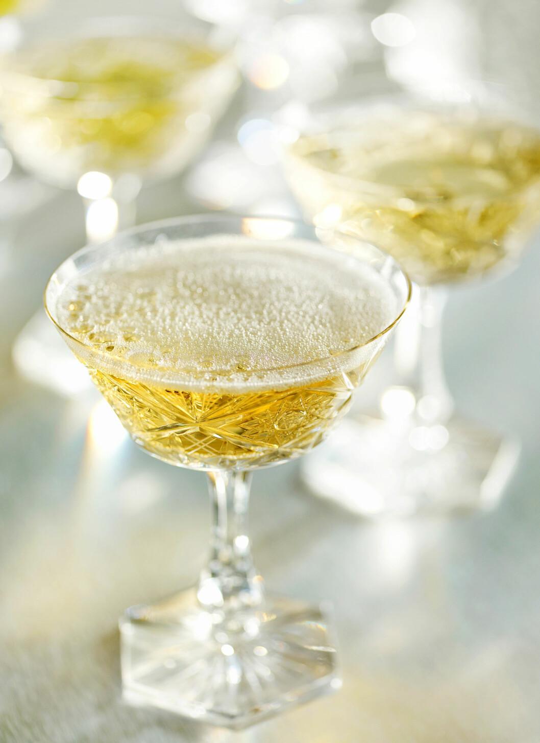 HOLDER LENGER: Boblene i champagne og musserende vin holder oksygenet på avstand og gjør at disse drikkene holder lenger enn vanlig vin.  Foto: Mara Zemgaliete - Fotolia
