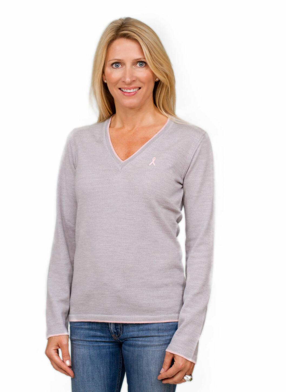 I 2011 har Nora Farah designet en ny genser for Rosa sløyfe-aksjonen. Genseren er i ren Merino-ull, og er lys gråmelert, med en smal rosa stripe i kantene. Den har en liten rosa sløyfe brodert fast på brystet. Laget i Italia, kr 699. Foto: Tobias Barvik / Kreftforeningen