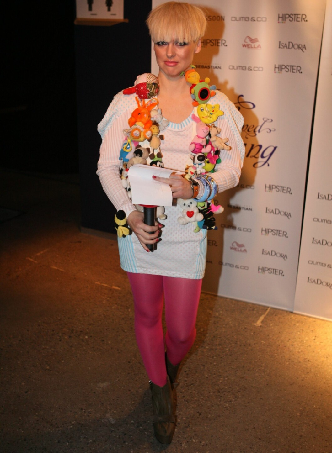 Mariann Thomassen, for anledningen i rollen som stuntreporter, hadde på seg kjole fra KTZ, vest med små bamser fra Sol Mongol, rosa strømpebukser og sko fra Acne.  Foto: Per Ervland