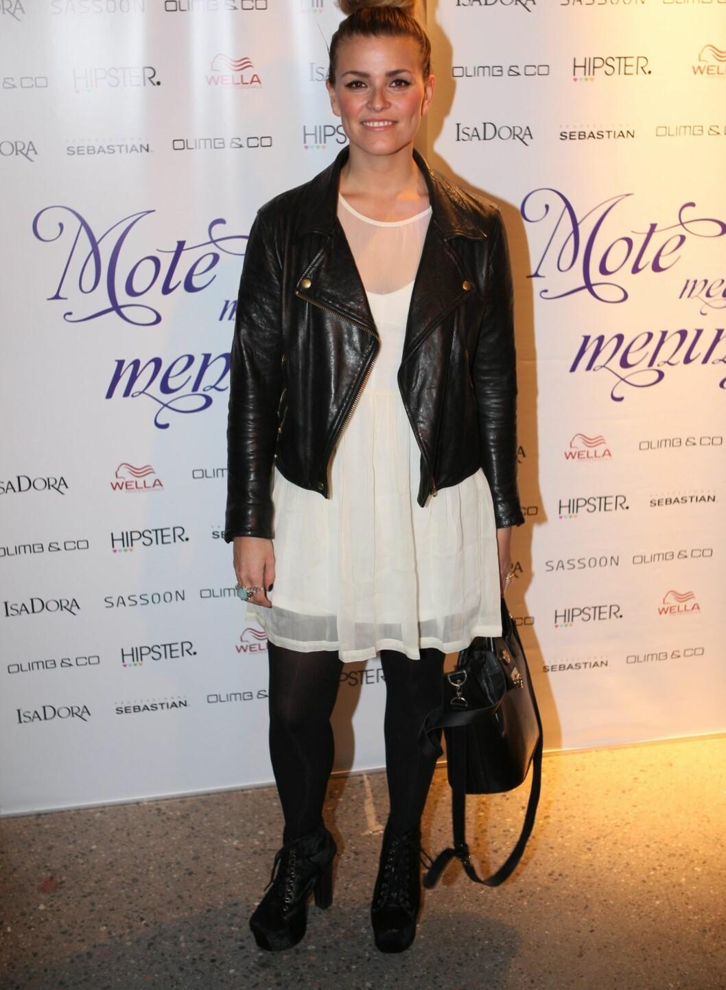 Moteblogger Janka Johansson Polliani kom i kjole fra New, jakke fra Acne, sko fra Geoffrey Beene og en vintage Balmain-veske.  Foto: Per Ervland