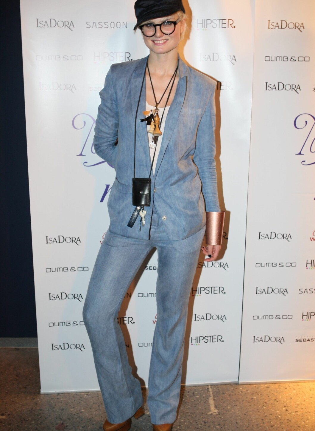 Hege Golf kom i jeansdress fra Acne, H&M Lanvin-cap og Dior-briller. Rundt halsen hang et sjakkbrikkesmykke og husnøklene hennes i en liten Acne-veske. Foto: Per Ervland