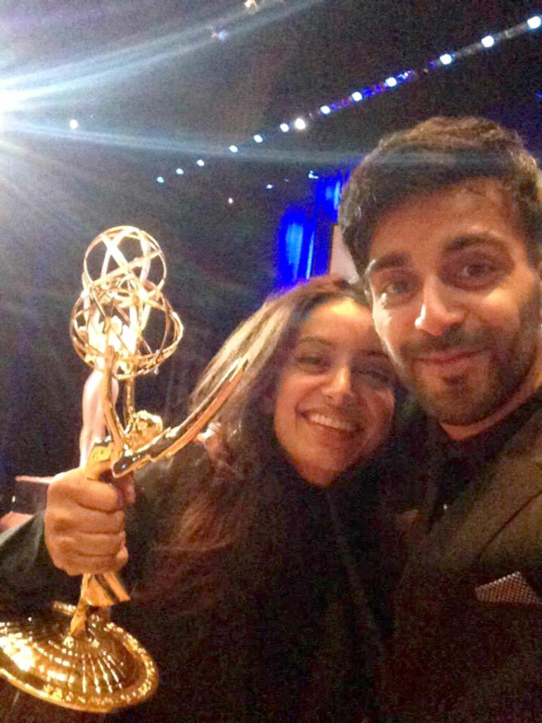 <strong>PRISBELØNNET FILMSKAPER:</strong> I seiersrus etter å ha vunnet Emmy, sammen med lillebror Adil. Foto: Privat