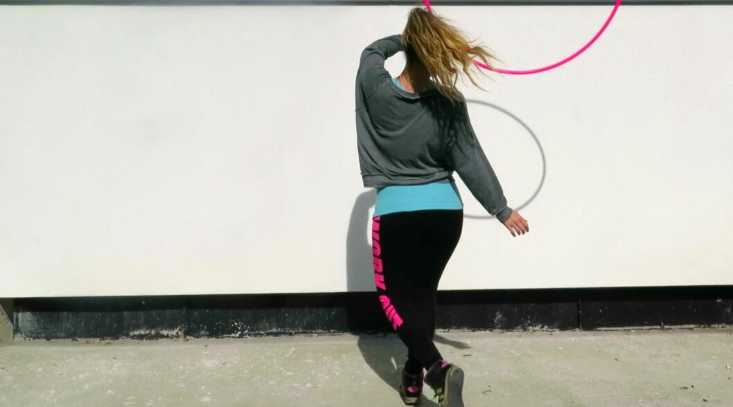 MANGE TRIKS: Instruktør Benedicte Rasch forteller at Hoop Dance er en allsidig og effektiv treningsform med flere hundre ulike triks å velge mellom, i ulike vanskelighetsgrader. Foto: Privat