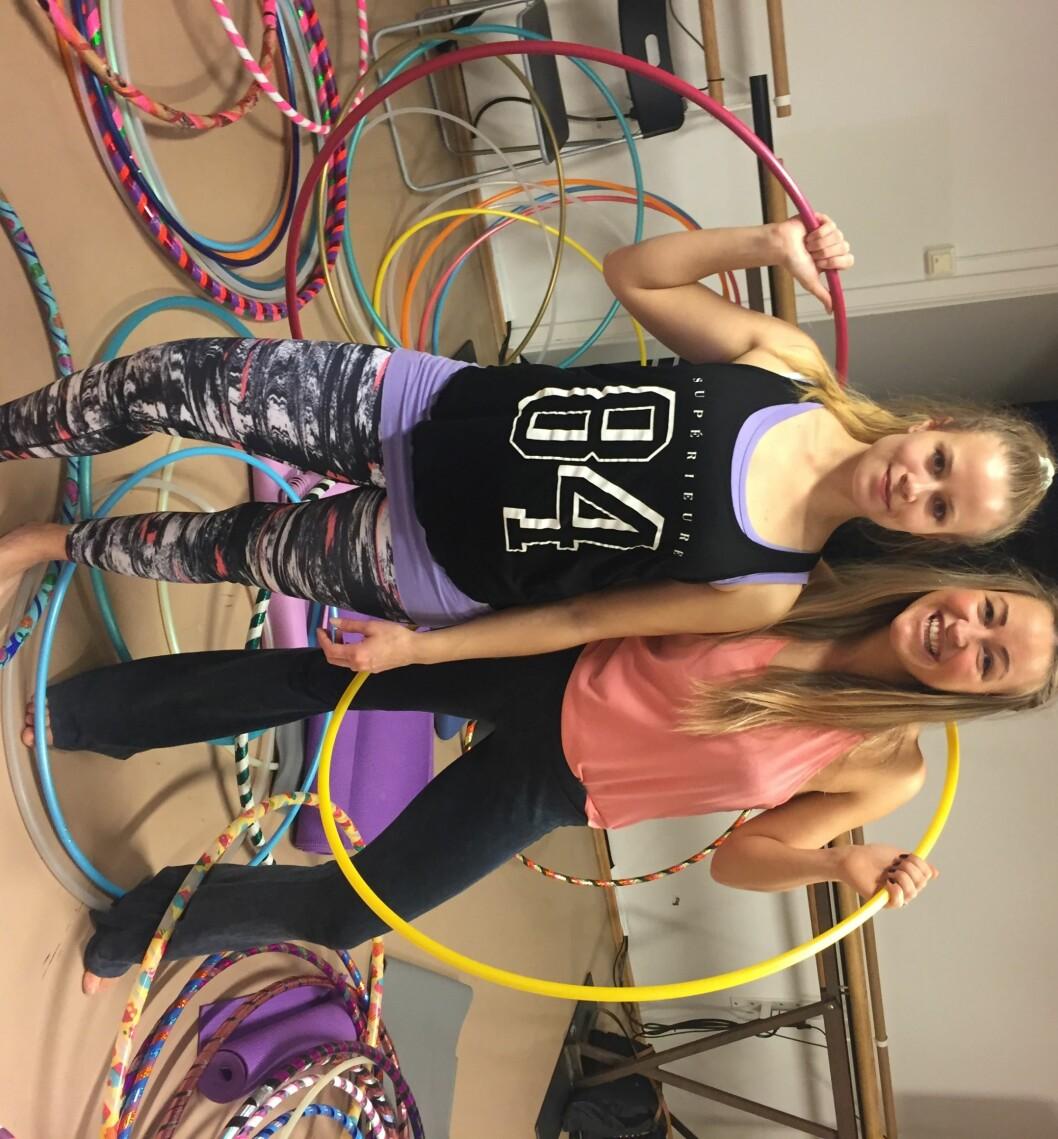 TESTET HOOP DANCE: KK-journalist Stine Hartmann (til høyre) har selv prøvd seg på Hoop Dance, noe som ble en svært morsom opplevelse. Foto: Privat