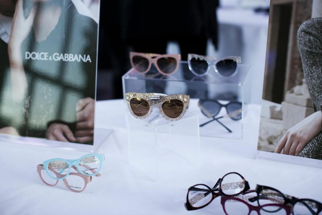 GLAMOURAMA: Vårens solbriller er perfekt for de som elsker gulldryss, sølv og duse pasteller som dueblått og babyrosa. Her ser vi cateyebriller fra Dolce & Gabbana. Foto: Anne Margrethe Mathiesen