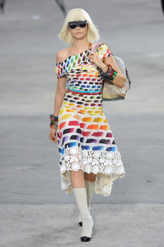 HVITE SOLBRILLER MED SOLSKJERM: Hos Chanel er det hvite kule briller som gjelder til våren- og sommeren - her ser vi supermodell Cara Delevingne i aksjon. Foto: REX/David Fisher/All Over Press