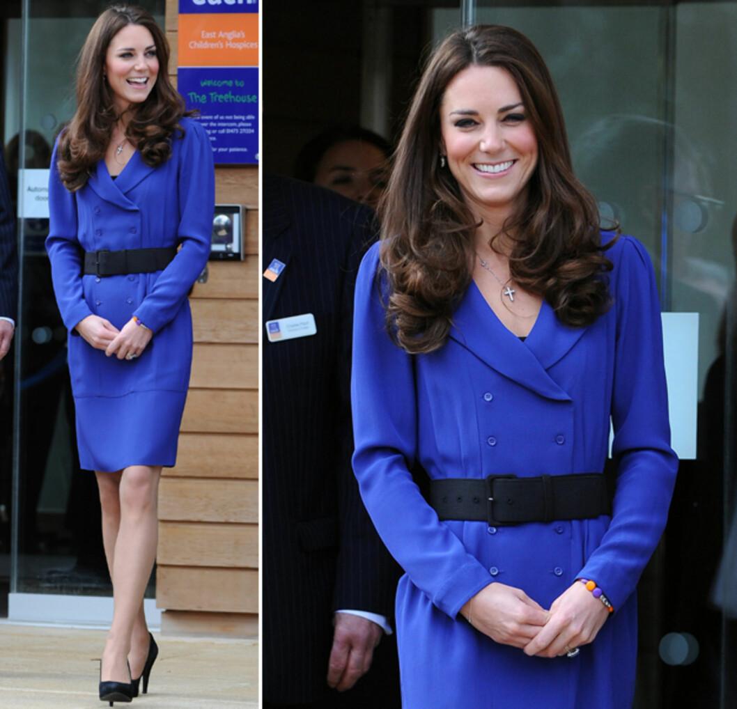 LÅNT AV MOR: Den blå Reiss-kjolen har Kate lånt av sin mor Carole Middleton. Foto: All Over Press