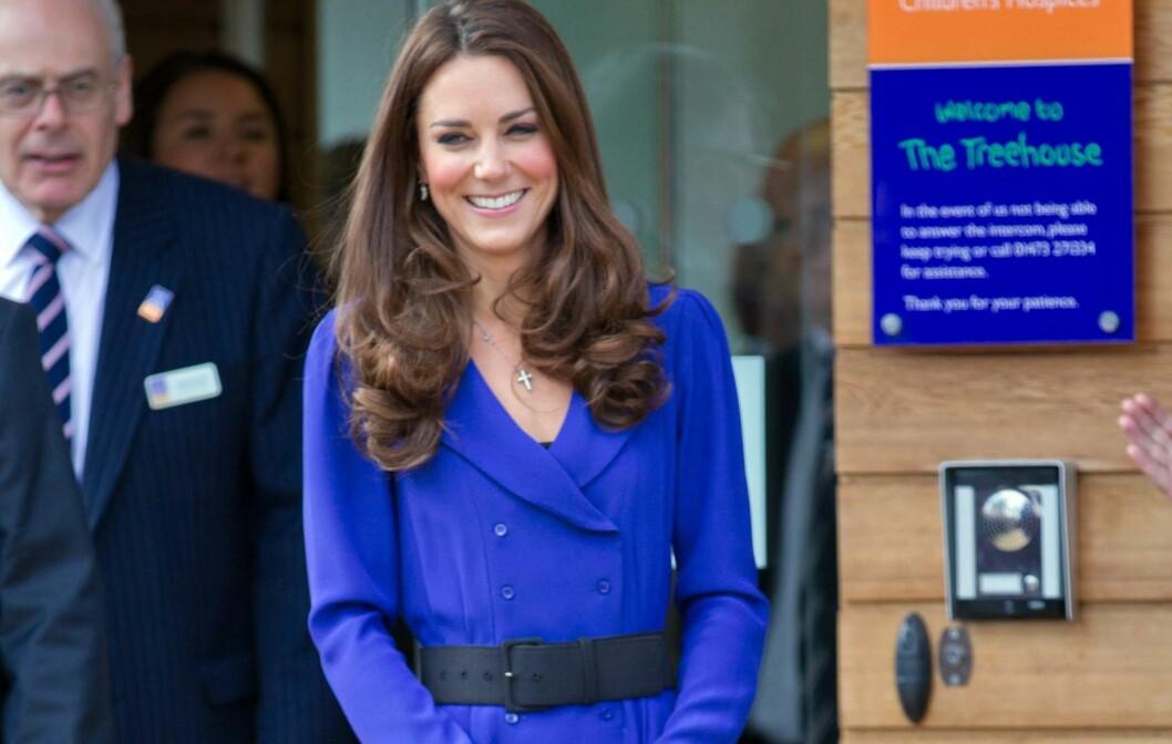 TENKER GJENBRUK: Hertuginnen av Cambridge har hentet fram igjen de brede beltene. Se helfigurbilde under. Foto: All Over Press