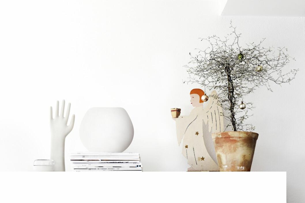 JULEENGEL: Engelen fra 40-tallet funnet på auksjon og et japansk tempeltre med julepynt utgjør juledekorasjonen på Ikeasjenken.  Foto: Sara Svenningrud