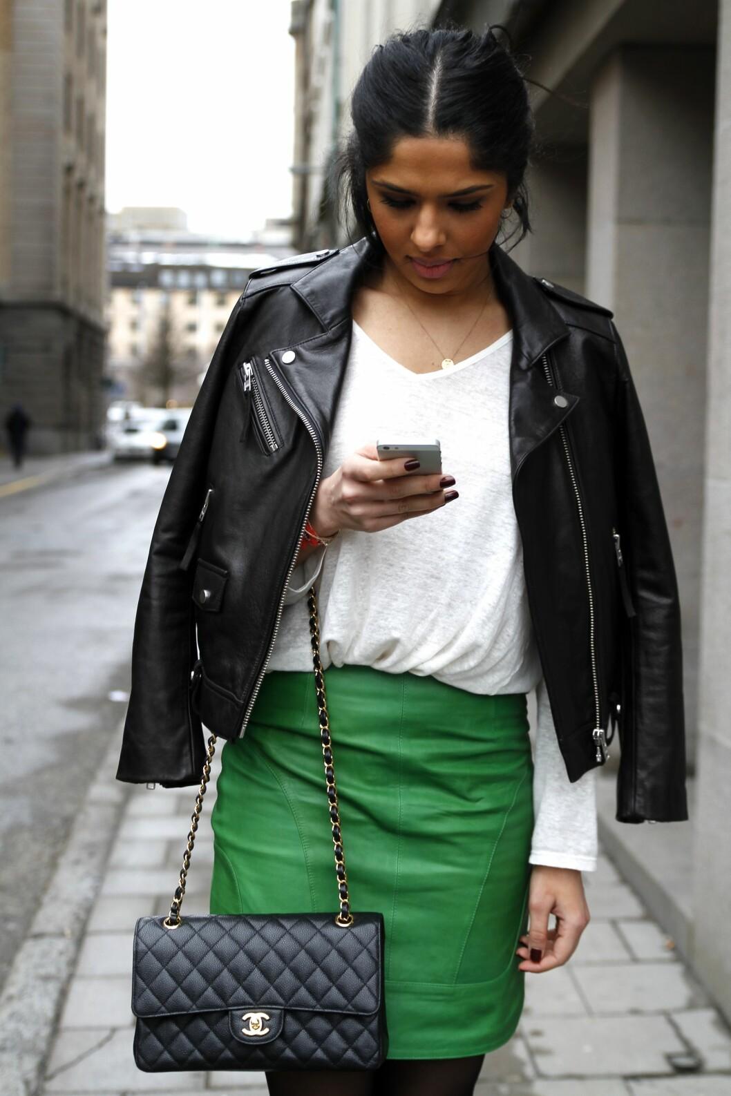 <strong>Skinn:</strong> Det grønne skinnskjørtet er fantastisk i seg selv, og jakken i sort skinn gir et røft uttrykk.  Foto: Nathalie Helgerud