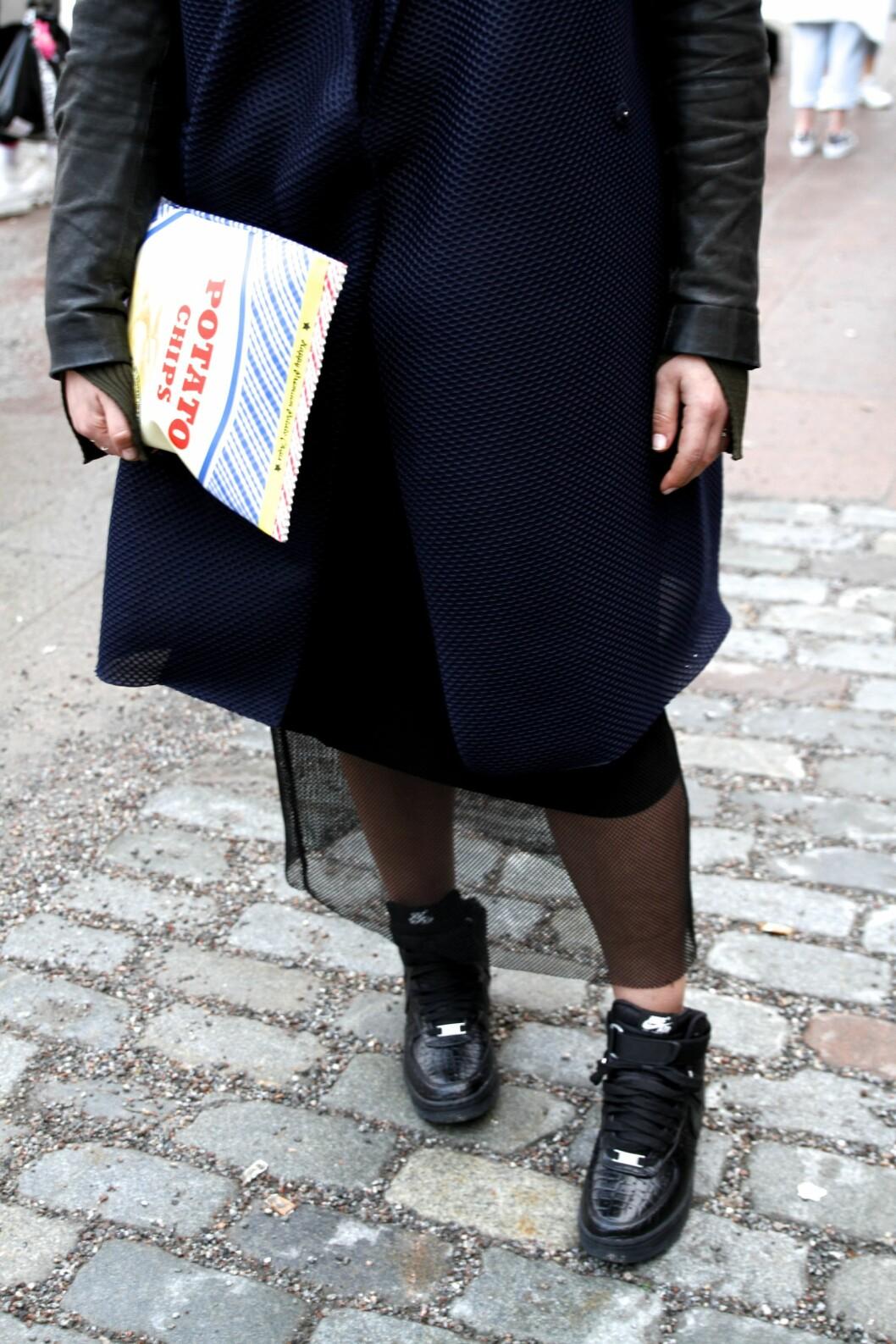 <strong>Accessoirer:</strong> Denne imiterte potetgullclutchen fra Gina Tricot fikk oss til å smile. Foto: Nathalie Helgerud