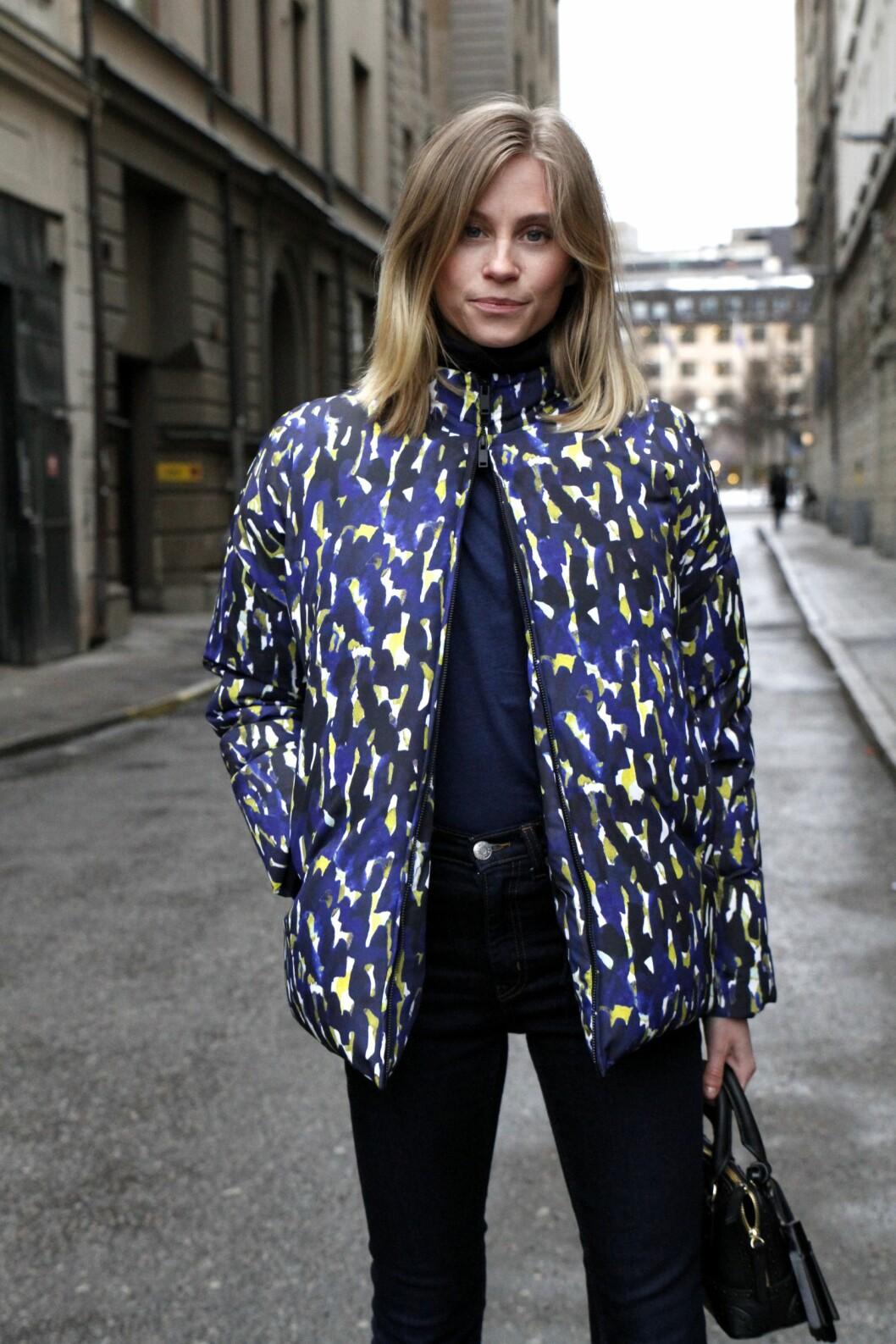 <strong>Hold på varmen og stilen:</strong> En dunjakke er kanskje ikke det mest fasjonable du kan kle deg i, men velger du en mønstret variant i sesongens fineste farger blir du like moteriktig som Tine Andrea.  Foto: Darja Barannik