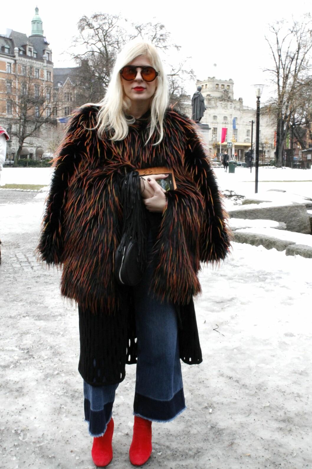 <strong>Oversized:</strong> Stor fuskepels samt solbriller, culottebukser og fargesterke sko gir bloggeren Xeni Kouveli et særegent uttrykk.  Foto: Nathalie Helgerud
