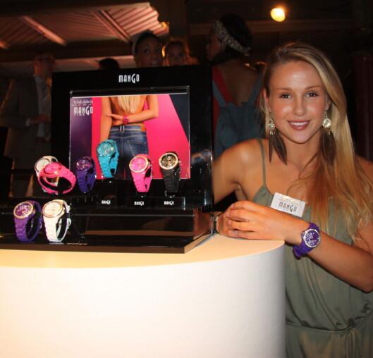 FARGER: En av sesongens store klokketrender er også fargerike klokker. Og Rachel Nordtømme var selvfølgelig der for å promotere sin Mango-kolleksjon. Foto: Aina Kristiansen