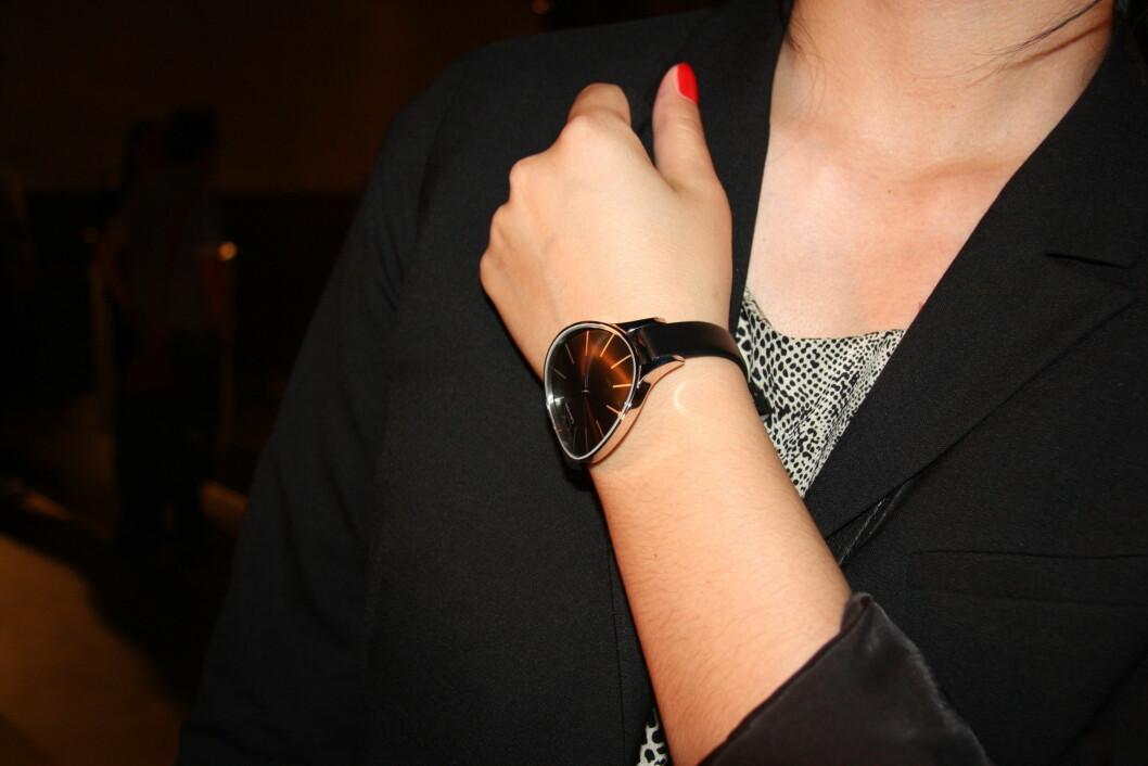 STORE KLOKKER: Nå skal klokkene være store - også for damer. - Jeg tviler på at de bitte små dameklokkene kommer tilbake, sier Helene Marthinsen. Denne klokken er fra Calvin Klein. (Foto: Aina Kristiansen) Foto: Aina Kristiansen
