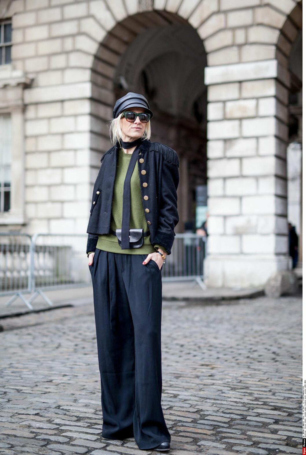HAR KASTET SEG PÅ TRENDEN: Stylemags tidligere redaktør Celine I. Aagaard i oliven og sort, med et tynt skjerf rundt halsen under moteuken i London nylig. Foto: PIXELFORMULA/SIPA/All Over Press