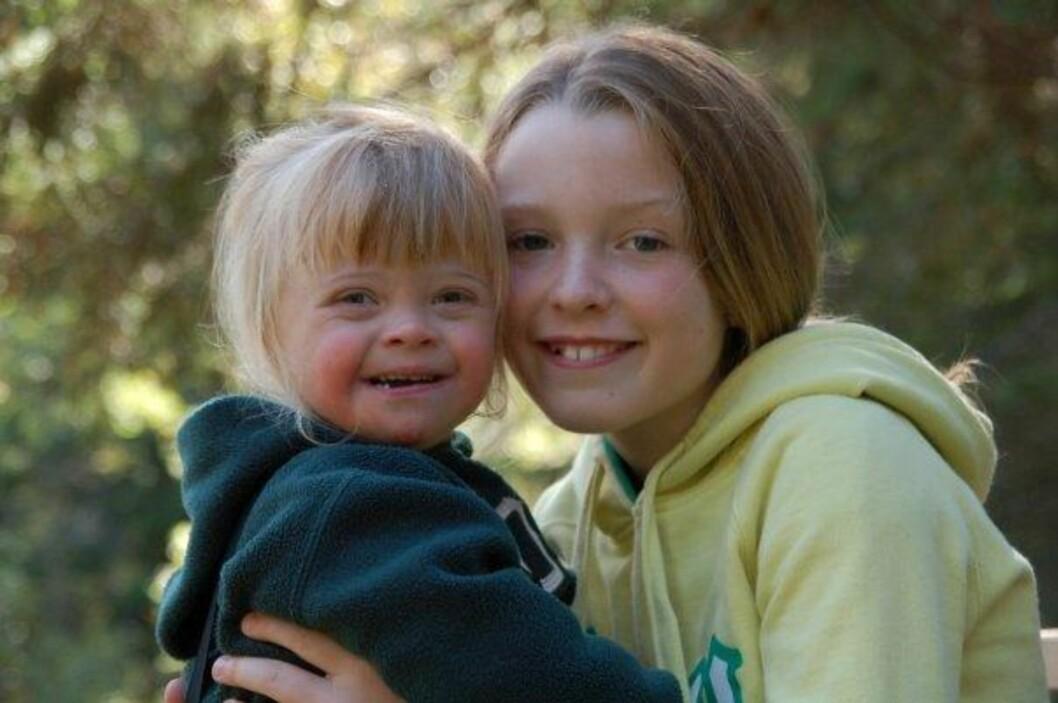 <strong>SØSKENKJÆRLIGHET:</strong> Angelika og Selene på en av deres mange turer i skogen i nærområdet, sommeren 2009.  Foto: Privat