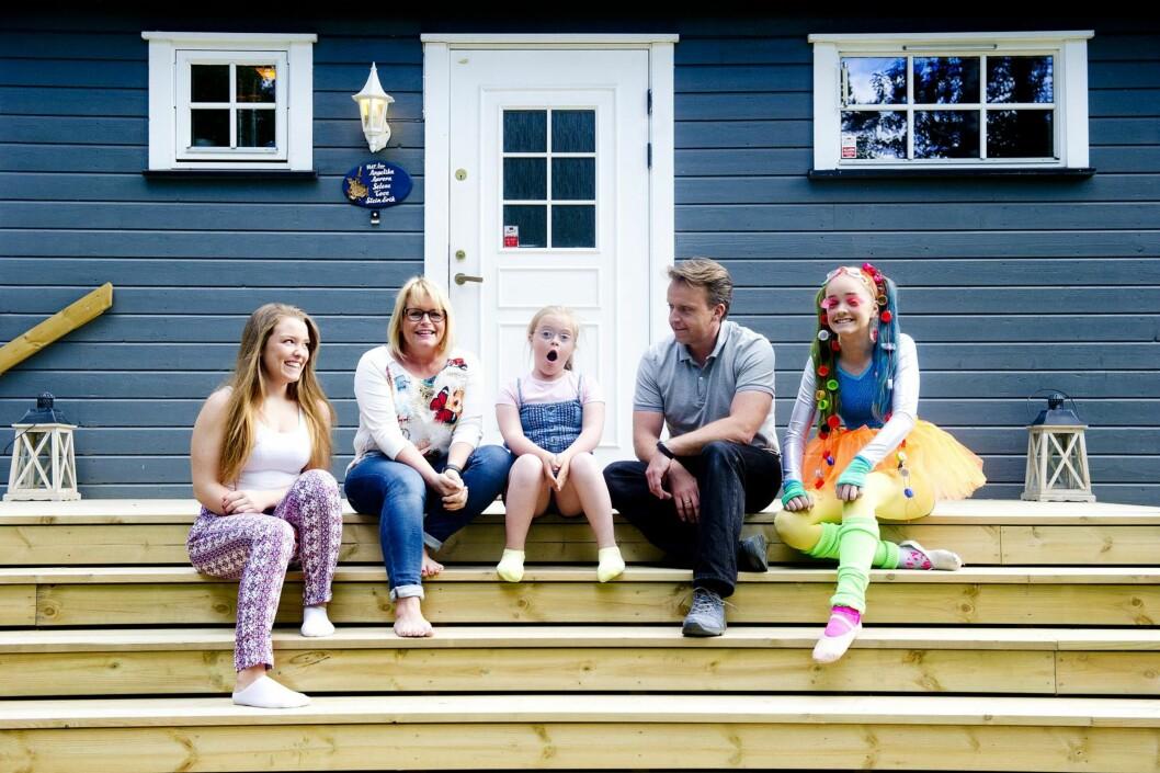 <strong>FAMILIEN:</strong> Familien samlet på trappa utenfor hjemmet i Eidsvoll. Fra venstre: Selene (17), Tove, Angelika (9), Stein Erik og Aurora (13) – som har kledd seg opp til «bad taste party». Foto: Jon Olav Nesvold/NTB-Scanpix