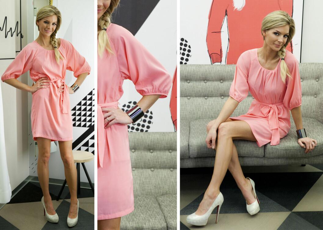 Rosa kjole fra Lindex med hvite pumps.  Foto: Per Ervland