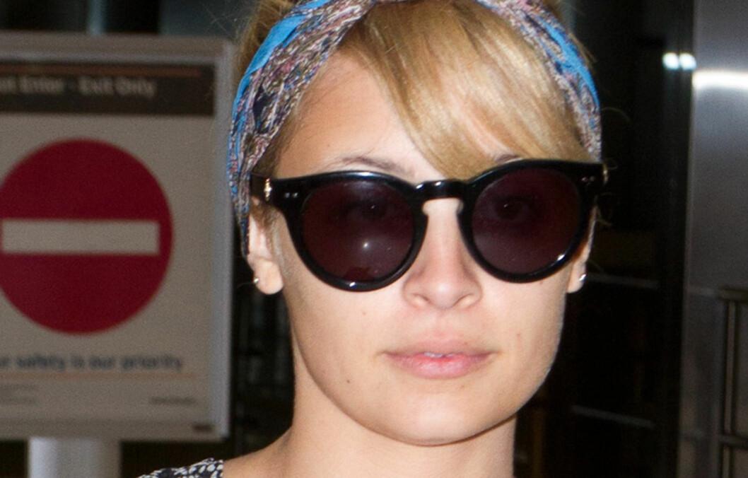 ENKELT HÅRBÅND: Nicole Richie tyr gjerne til hårtopp og et skjerf rundt hodet når hun er på reisefot. Skjerfet gir den enkle frisyren det lille ekstra og tar bare sekunder å feste.  Foto: All Over Press
