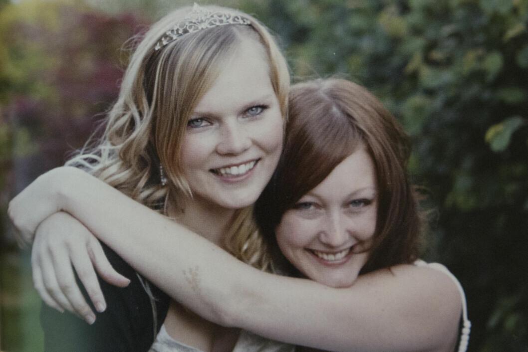 GODE VENNER: Michelle (t.h.) og Linn i bryllupet til Linn. Foto: Privat