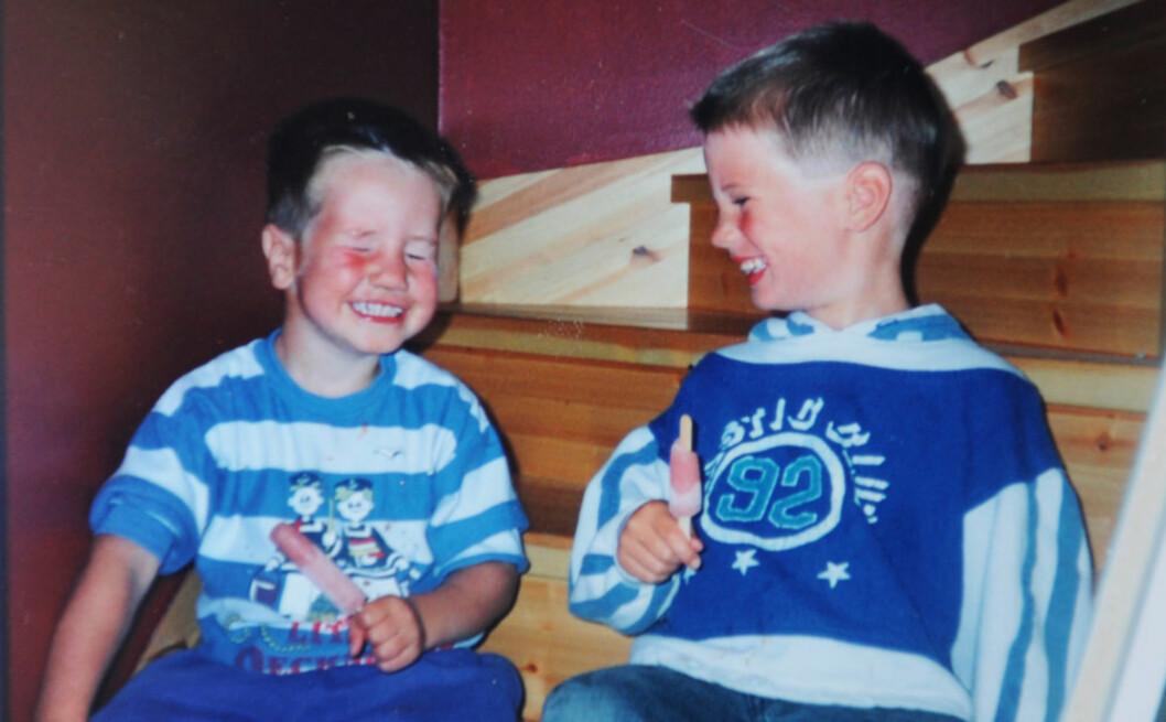 <strong>EN SOMMERDAG I 1996:</strong> Robert (t.v.) og Christopher (t.h.). Tatt i trappa hjemme på Kløfta, der de bodde fra 1994–2001.  Foto: Privat