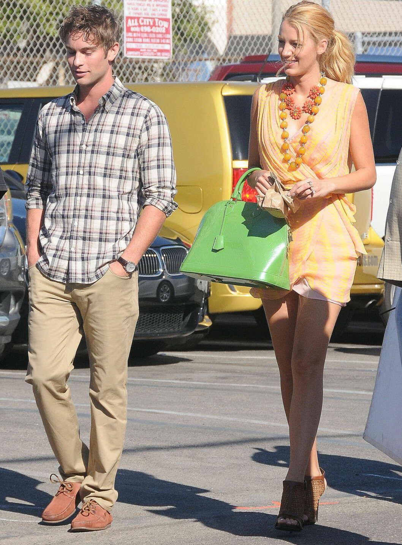 STJEL STILEN: Blake Lively tar på ingen måte til takke med kollega Chace Crawford som tilbehør. På Gossip Girl-settet ser vi henne stadig i spreke og vågale fargekombinasjoner, som denne: rosa, gult, fersken, sennepsgult og limegrønt. Se hvordan du kan herme etter stilen lenger ned i saken.  Foto: All Over Press