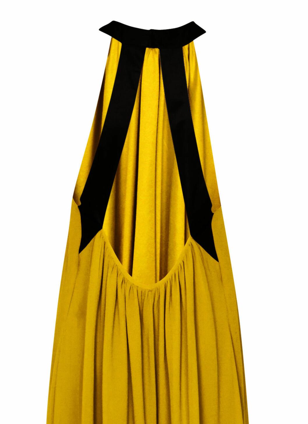Kjolen har åpen rygg og svarte detaljer.  Foto: Produsenten