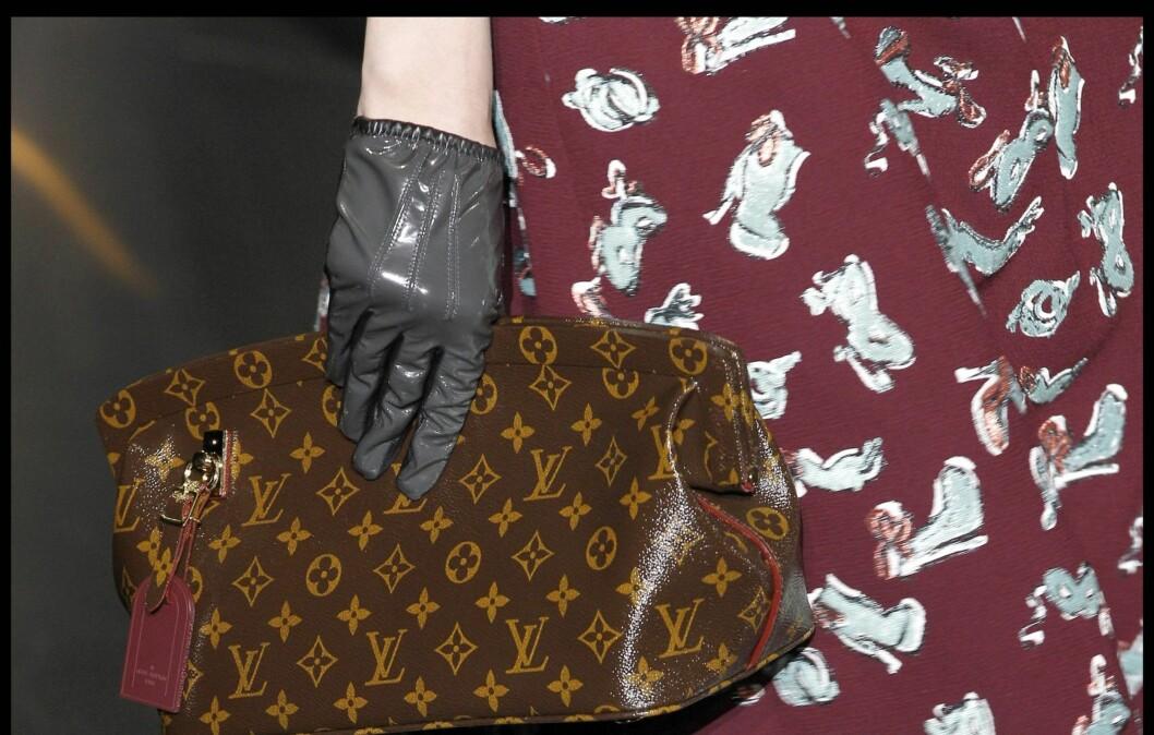 <strong>SKAPER LIV OG RØRE I HØSTGARDEROBEN:</strong> Et par lekre hansker kan piffe opp ethvert antrekk, om det så er kåpen, den burgunderrøde 40-tallskjolen, som vi ser hos Louis Vuitton (bildet), eller smokingen.  Foto: All Over Press