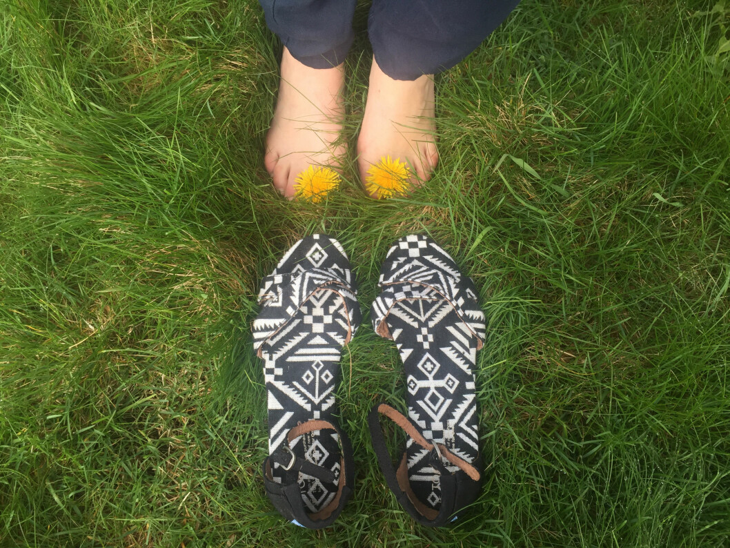 Det er vår, varmt i luften og å sparke av seg skoene i gresset er noe vi alle klør i tærne etter å gjøre. Hvorfor ikke ta et bilde og sørge for at noen som trenger det får et par sko i samme slengen? Foto: TOMS