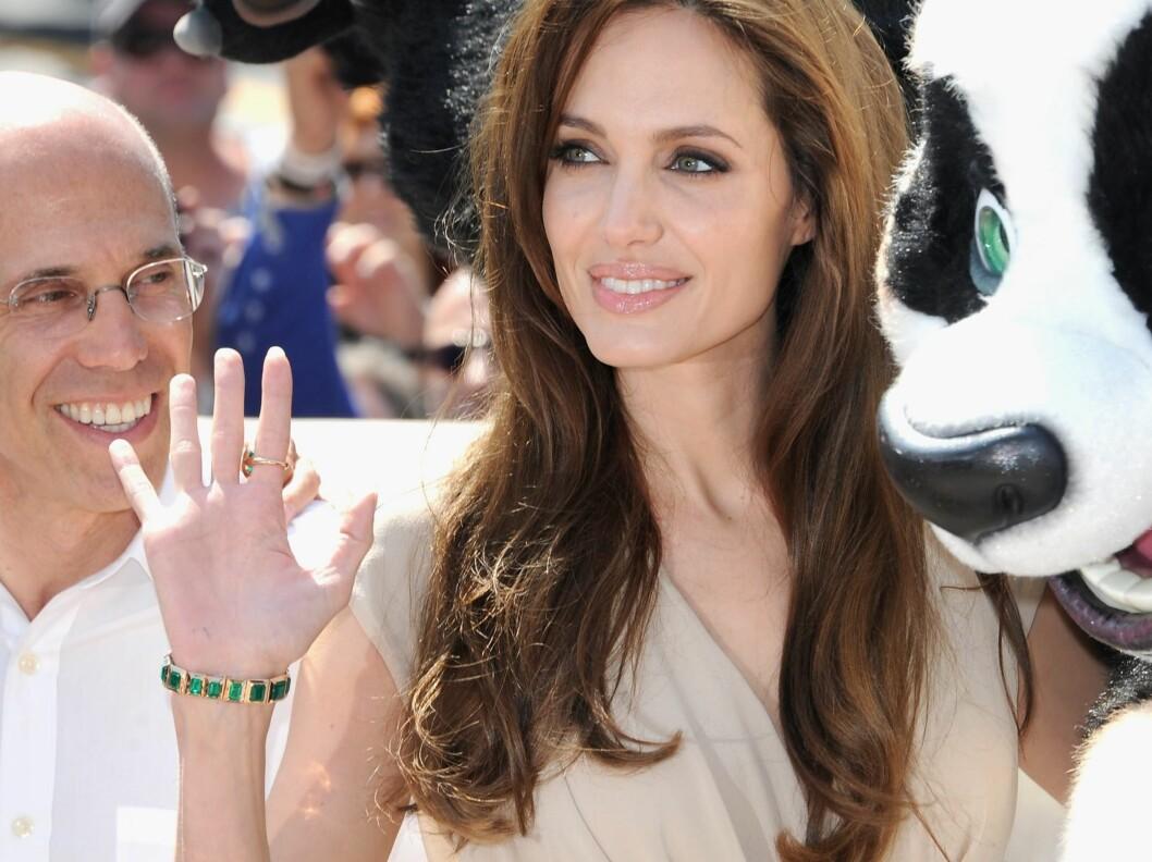 <strong>JUVELER:</strong> Angelina Jolie holdt antrekket nøytralt, men gikk for smaragdgrønne smykker, som står perfekt til både hennes og pandaens øyne.  Foto: All Over Press