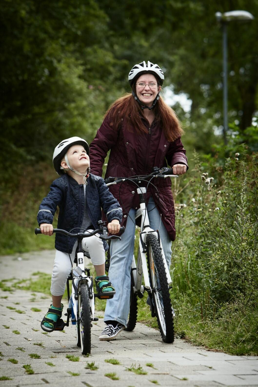 UT PÅ TUR: Mosjon er med på å holde sklerosen i sjakk, og sykling er blitt en fin felles aktivitet for Cassandra og Steven. Foto: Steen Wreem