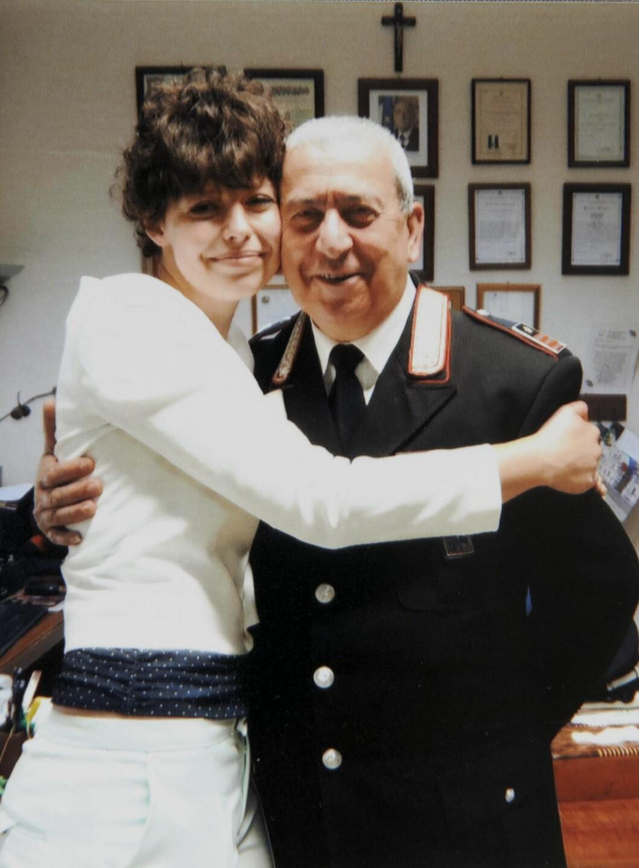 Lettet: Dorota takket politisjefen i den italienske byen utenfor Milano for at hun ble reddet. Foto: Privat