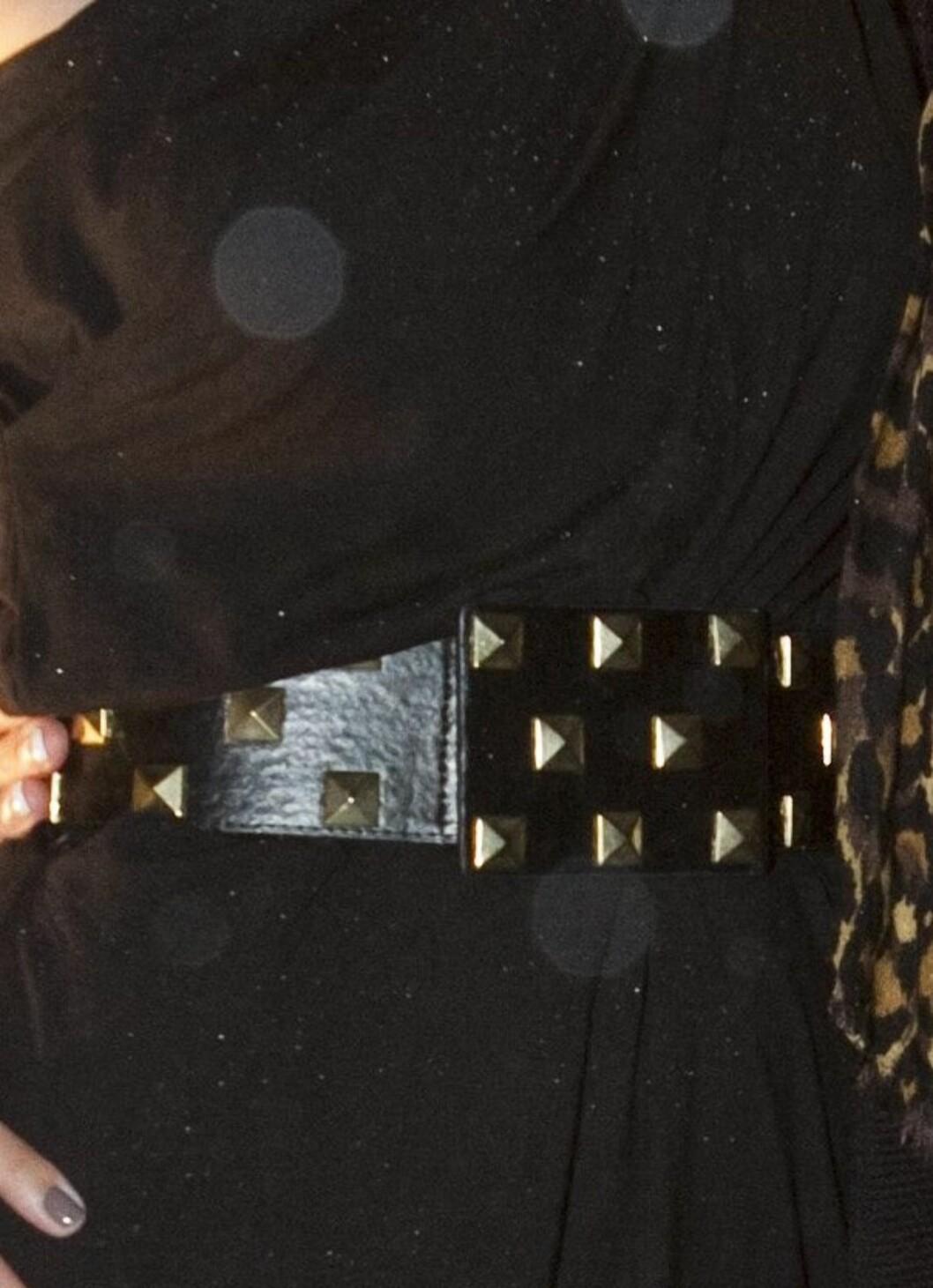 Anne Rimmen sammen med venninnne på visningen til Daniel Franck. Her i asymmetrisk svart kjole. Et bredt skinnbelte med nagler i midjen gjør antrekket mer rocka.  Foto: Per Ervland