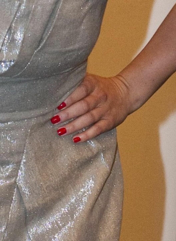 Stroppeløs grå metallisk kjole fra Full Cirkle og røde plattformpumps og matchende neglelakk. Lekkert! Foto: Per Ervland - alle foto