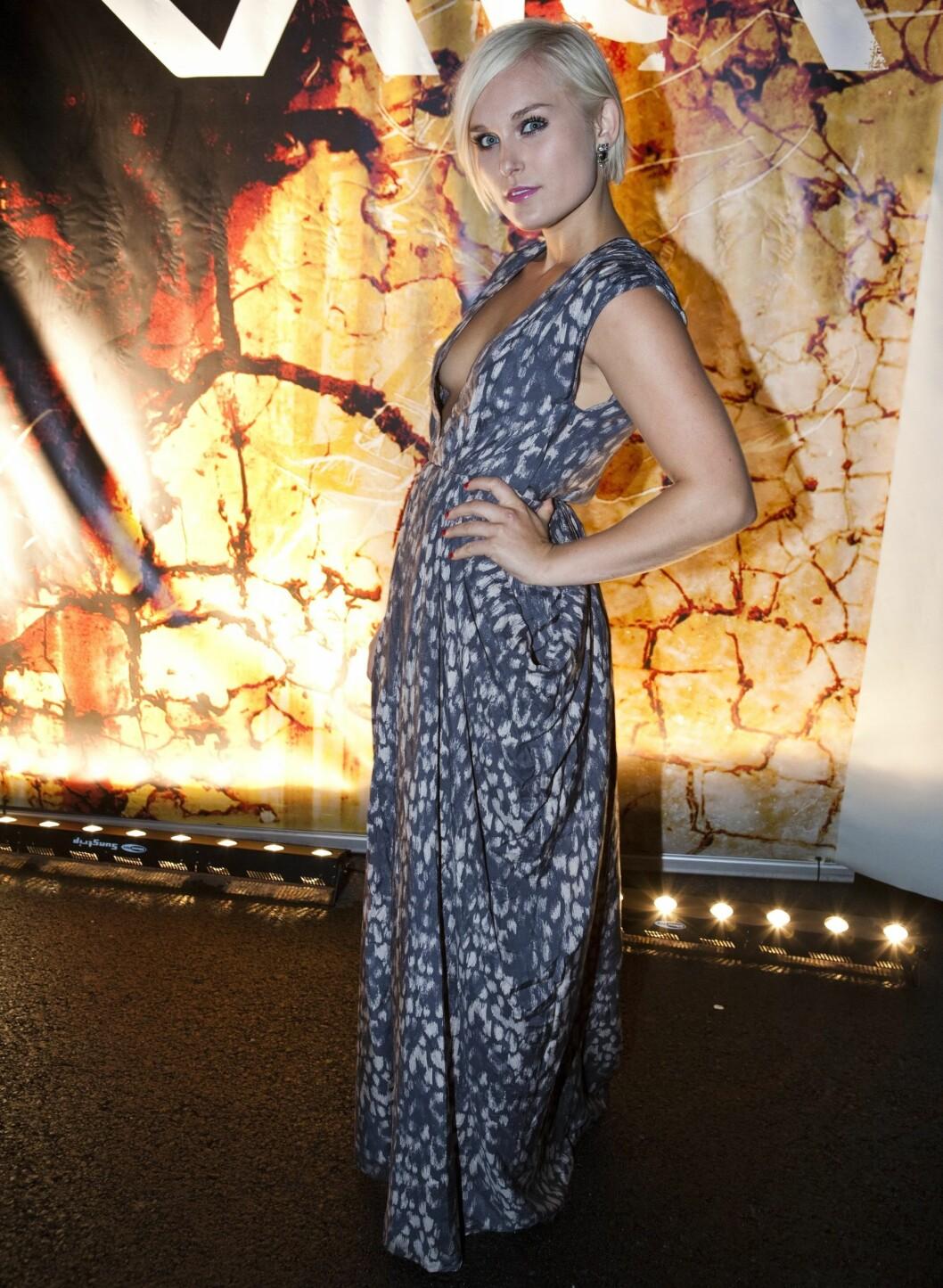 Eva ser helt fantastisk ut i denne kjolen med fotsidt skjørt og dyp skjæring.
