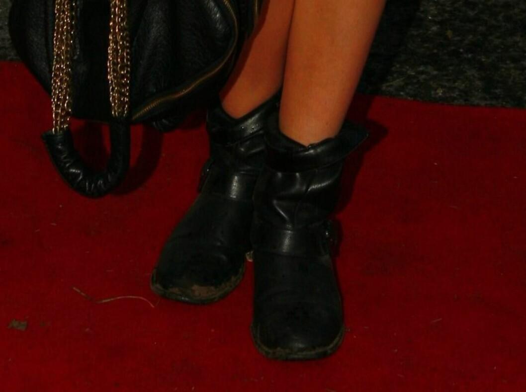 Maya Vik i skinnkjole med synlige sømmer fra Acne, lang svart blazer, trøye fra Nina Jarebrink og skinnboots. Foto: Per Ervland
