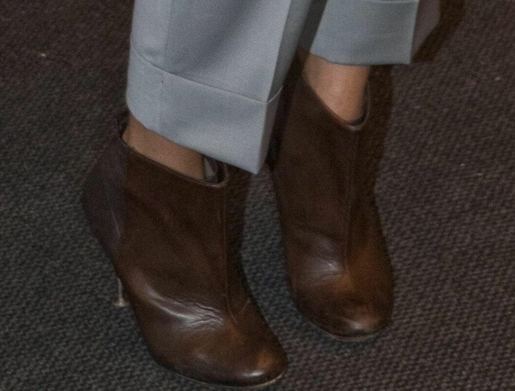 Stylist Margrethe Gilboe i langermet grå genser, ankellange dressbukser med press og lekker leppestift, et enkelt halskjede med sølvanheng og mokkabrune ankelstøvletter til. Foto: Per Ervland