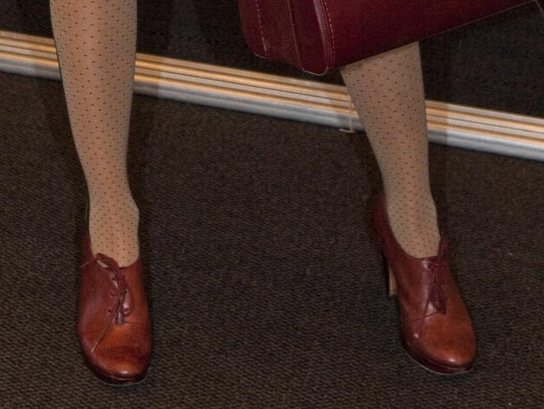 Trendy school chic - i nudefarget kjole, sporty jakke, prikkete strømpebukser, karamellfargede skinnsko og maskulin veske. Foto: Per Ervland