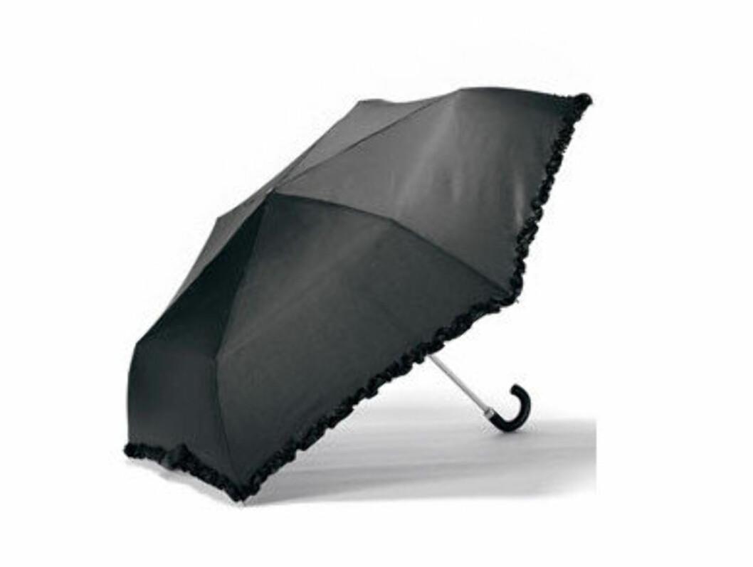 Det skal ikke mer til en fin kant for å gjøre en svart paraply litt finere (kr 189/Accessorize). Foto: Produsent