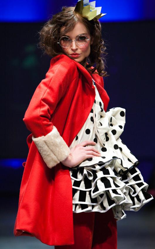 <strong>CELEBER MODELL PÅ CATWALKEN:</strong> Charlotte Thorstvedt gikk modell på visningen - her iført en supersøt prikkete kjole og en royal rød frakk med lodne ermer. Foto: Det Tredje Øyet