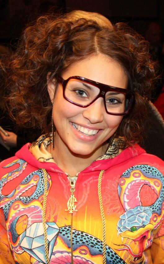 <strong>- ENDELIG NOEN SOM TØR:</strong> Popstjernen Mira Craig var på plass på visningen iført et par kule statement-briller uten glass. Foto: Cecilie Leganger