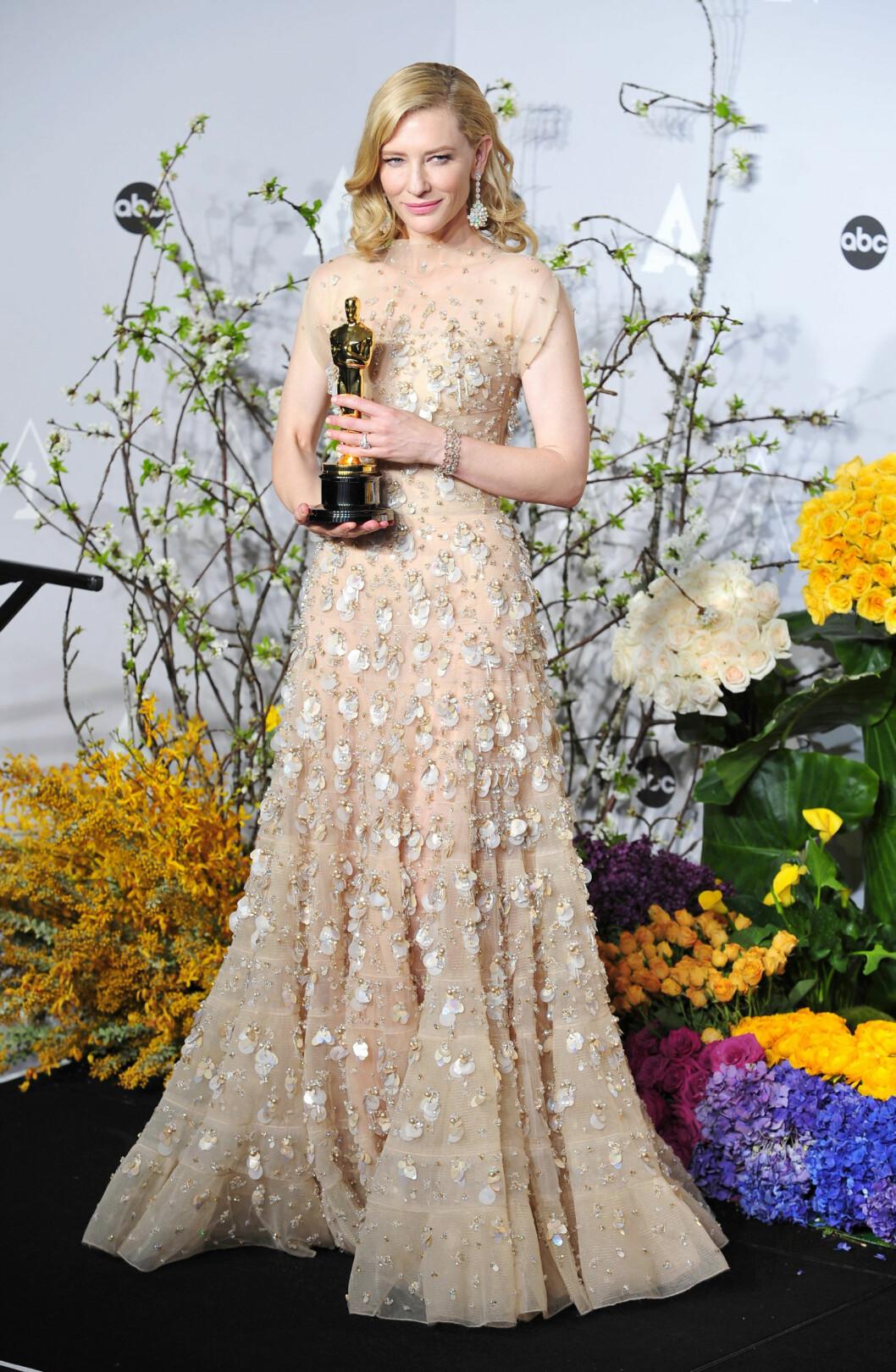 I KJOLE FRA ARMANI PRIVÈ: - Man skulle virkelig ikke tro at Cate Blanchett var 44 år! Hun slo knock-out på flere av sine Hollywood-kollegaer under årets Oscar-utdeling med sin utsmykkede kjole fra Armani Privé', sier KKs moteredaktør Silje Pedersen. Foto: Gregorio Binuya/Everett Collecti