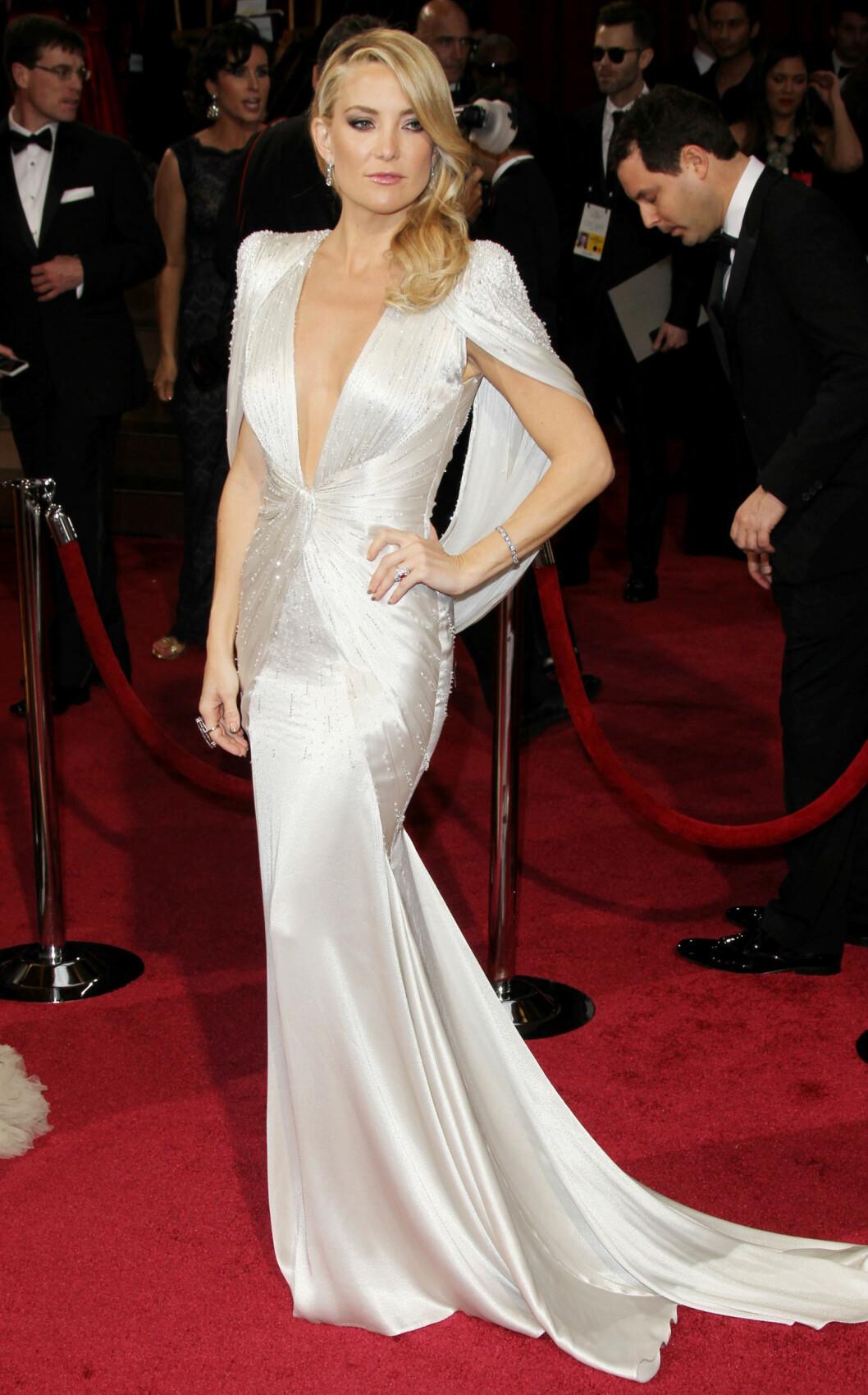 METALLISK TREND: Kate Hudson var både sexy og sofitiskert i denne kjolen, og selv om utringningen var dyp, var den smakfull.   Foto: Splash News/ All Over Press