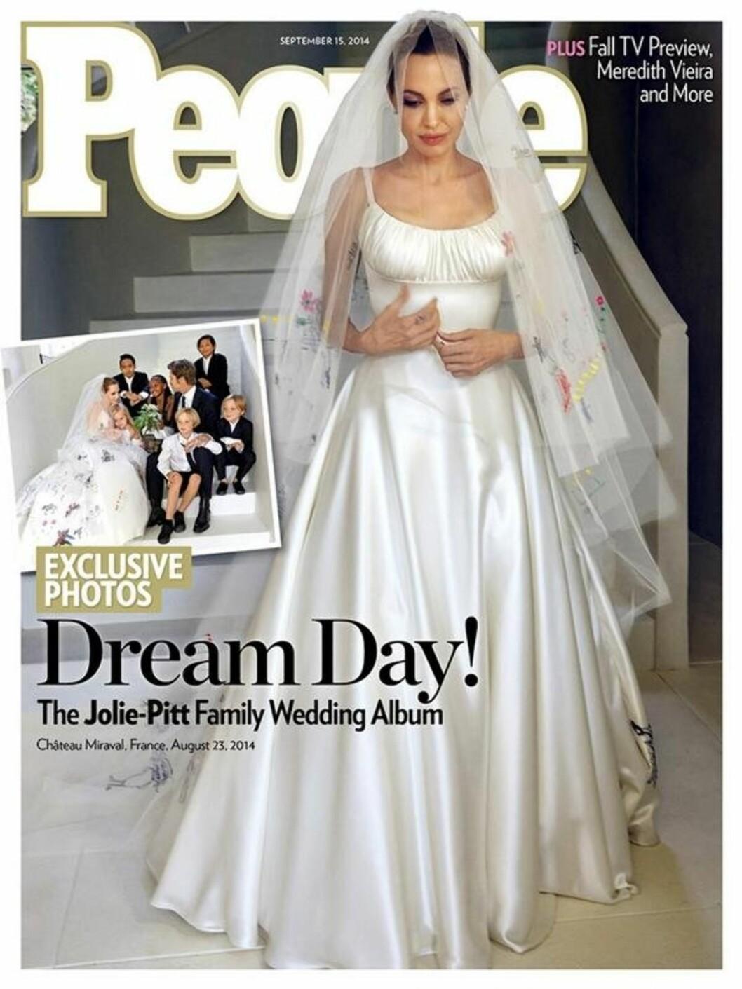 FORFRA: Både People magazine og Hello Magazine hadde eksklusive bilder fra kjendisparets bryllup. Her er kjolen forfra på coveret av People.